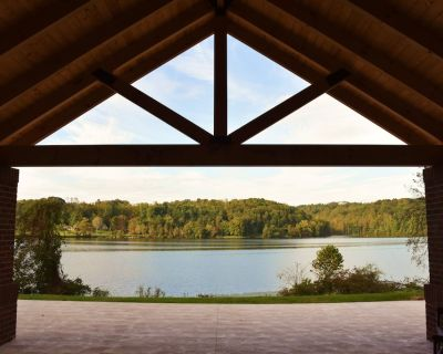 Luxury Lake Front Villa in the Hocking Hills - Falls