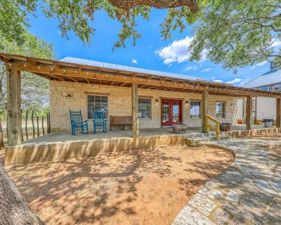 Romantic, dog-friendly cabin with on-site courtyard, close to wineries! - Fredericksburg