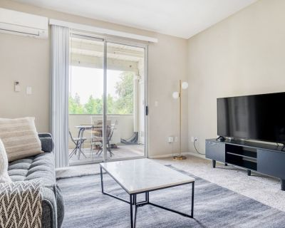 Chic Campbell 2BR w/ Gym, Pool, W/d, Near Highways, TJ, WF, by Blueground - Downtown Campbell