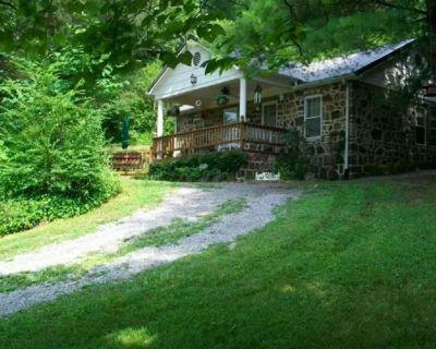 Charming Little Stone Cottage! - Madisonville