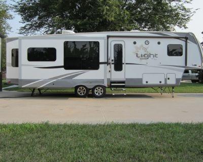 2017 Highland Ridge Light 5th wheel camper