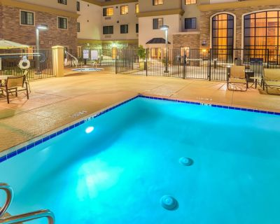 Amazing Central Location! Free Breakfast Buffet Daily. Pool & Hot Tub Access. - Chandler
