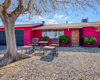 Bright and inviting desert home w/ private patio, horseshoe pit, and firepit! - Joshua Tree