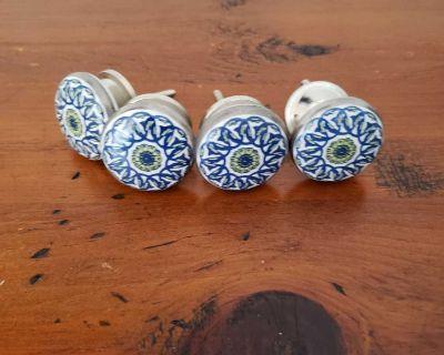Four porcelaine drawer pulls