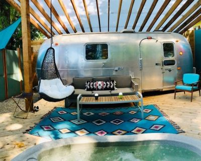 A super modern Airstream Tiny House with a Hot Tub, an amazing deck, and more! - Kansas City