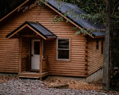 Rose` Cabin ~ Centrally located in Hocking Hills > Firepit, Hot tub, Wifi - Falls