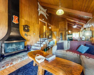 Classic Cabin Near the Lake W/ Stunning Views, Large Deck, WiFi & Wood Fireplace - Crestline