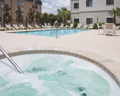 Equipped King Suite | Free Daily Breakfast, Outdoor Pool + Hot Tub Access - Lafayette