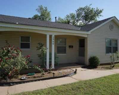 Single Family Home - Pet Friendly, Large Fenced Backyard - Central Oklahoma City