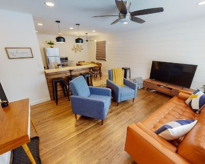 Mid Century Charmer - Radiantly Remodeled - 5 Bed - Sleeps up to 12 - Wichita