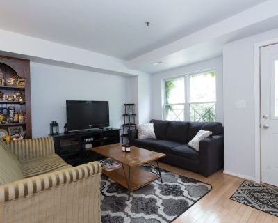 Spacious Townhome. Close To Downtown & the Convention Center. Free Parking. - Truxton Circle