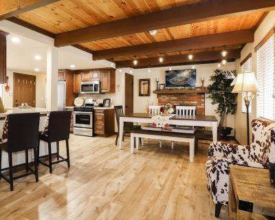 Comfy Bear Cabin: Luxury! Outdoor Hot Tub! Pool Table! Propane BBQ! Roku, Cable, & WiFi! - Fox Farm