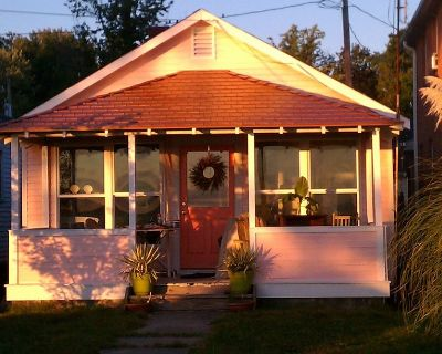 Charming Riverfront Cottage for Two with Sunrise Viewing from the Front Porch - Colonial Beach