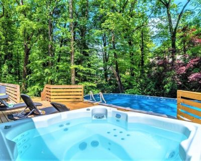 Modern 6 Bdrm Home w/*HotTub*BBQ*Foosball*SUMMER:Pool-Close To Airport&Downtown - East Point