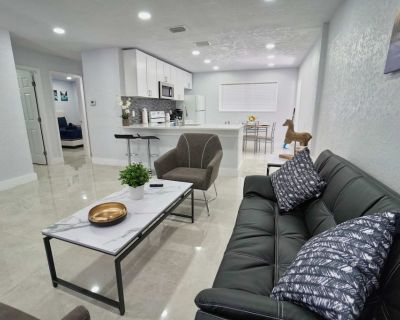 Two Bedroom Newly Renovated House Minutes From Beach and Casino - Hallandale Beach