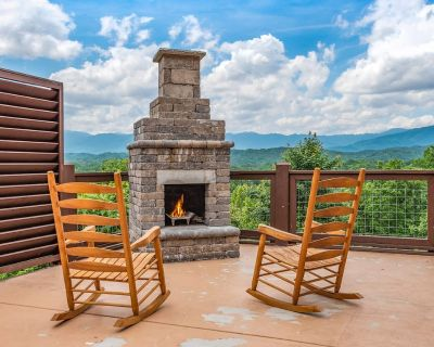 BIG VISTA LODGE. 16 BEDROOMS AND A POOL!! - Pigeon Forge