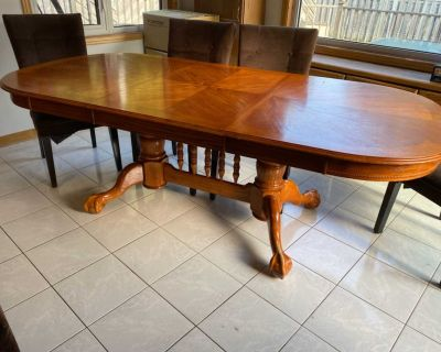 Oak kitchen table with 4 chairs and 1 bench seat