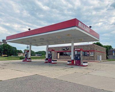 Gas Station w/Car Wash Along Front St W in Albert Lea
