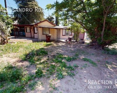 Single Family 1/1 home for lease with large lot and 1 car garage!