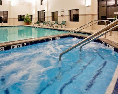 King Suite. Free Breakfast. Indoor Pool & Hot Tub. Near the Virginia Beach business district! - Chesapeake