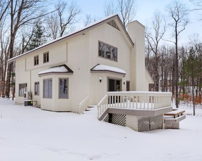 Semi-wooded, family-friendly home w/ a gourmet kitchen - walk to the clubhouse! - Birchwood Farms