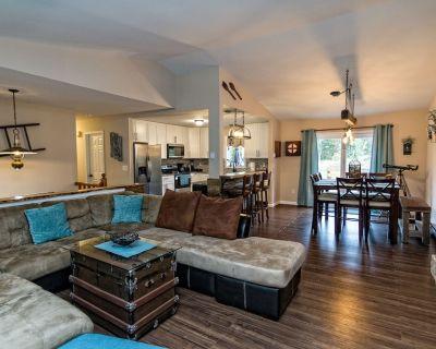 Cherry Lane Sanctuary, Rustic Retreat on 6 Acres with Sauna/ Hot Tub/ Pool/ Golf - Henryville