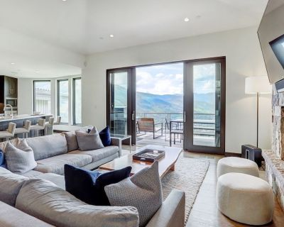 Luxurious 4 Bedroom House with Private Hot Tub and Gourmet Kitchen! Expansive Views + Fireplace - Vail