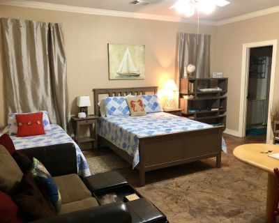 River Oaks Retreat ~ Studio / 1BA; Alarm; Fantastic Location; $57 Per Night - Montrose