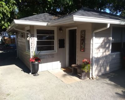Green Friendly Cozy Cottage - Northwest Vancouver