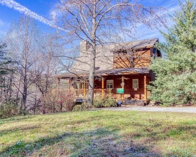 Lucky Charm - Private Cabin Close to Town - New Hot Tub & Arcade Game System! - Pigeon Forge
