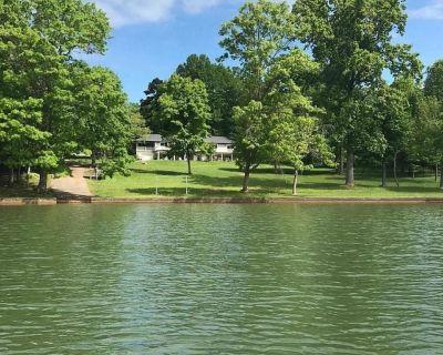 LAKEFRONT, FLAT LOT, DECK/PATIO, SURROUNDING LAKE VIEWS & PRIVATE BOAT RAMP!! - Huddleston