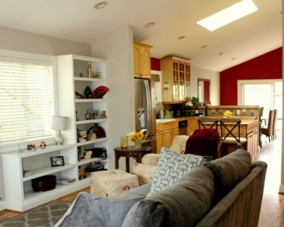 Natural Light, High Ceilings with Private Deck & back yard, Free Parking, VENICE, CA