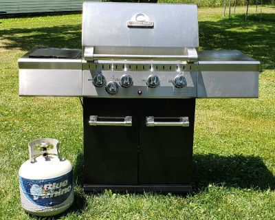 VERY CLEAN! PERFECT FLAME propane GAS grill with side burner.