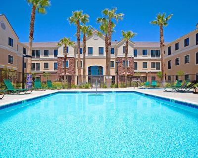 Free Breakfast. Outdoor Pool & Hot Tub. Near Edwards Air Force Base! - Palmdale