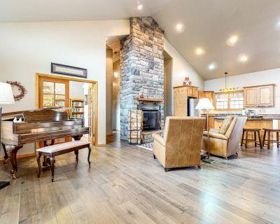 Beautiful & Spacious Main House w/Baby Grand Piano, WiFi, Private W/D, & Patio - Shining Mountains