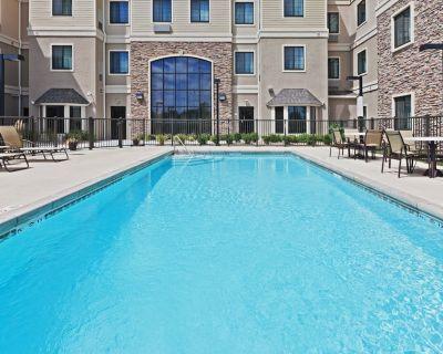 King Suite. Free Breakfast. Outdoor Pool. Close to Koch Industries. - Wichita