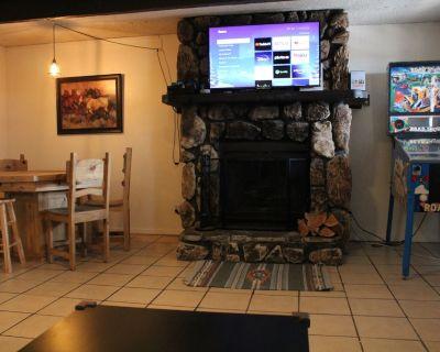 Close to Midtown! AC! Cozy Living Area With Pinball Machine! - Ruidoso