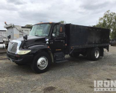 2005 International 4300 4x2 S/A Flatbed Truck