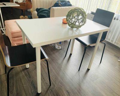 Modern Minimalist Table ans Chairs