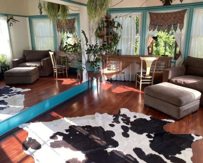 Craftsman home with zoom office, soaking tub and backyard jungle - Emeryville
