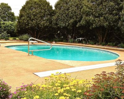 Summer getaway near the lake with private pool, forest, fire pit, biking & more - Lake Geneva