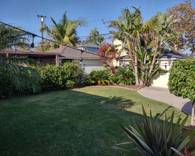 Spacious Tropical Vibe Backyard, Lakewood, CA