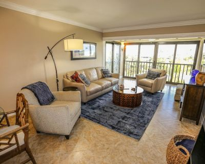 Bay Village #252 is a lovely 2-bedroom, 2-bathroom condo that sleeps four guests. - Mid Island