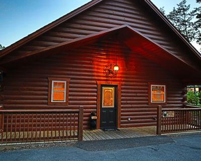 LUXURY CABIN IN THE WOODS! Theatre, Hot Tub,Pool Table,1 mile to Pkwy,Free wi-fi - Pigeon Forge