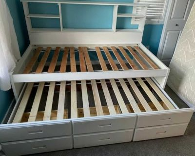 Great Trundle bed with 3 drawers, vguc, read description