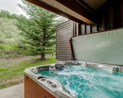 Townhome on the Rail Trail w/ Private Hot Tub, AC, W/d, Wifi & Great Location! - Park City