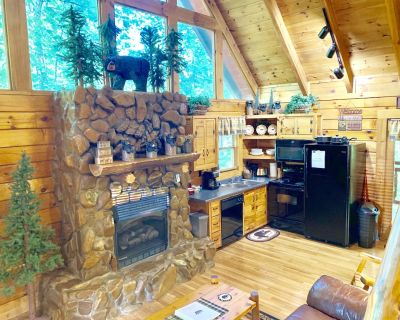 New to Market! Luxurious, Private, Beautifully Hand Crafted Real log Cabin! - Pigeon Forge
