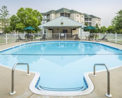 Walk to Shopping & Dining! Comfy Unit W/kitchen, Pool - Table Rock