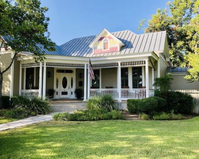 The Painted Lady Estate -5/3.5 Slps 14 , HOT TUB, 2blks to Main, Fire Pit - Fredericksburg