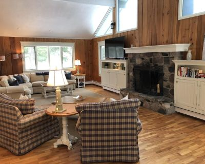 Knotty pine + modern comfort on wooded lot close to gorgeous Lake Michigan beach - Charlevoix